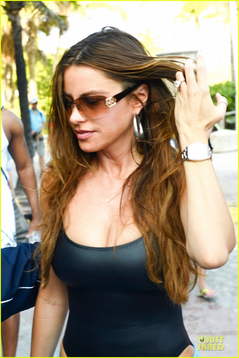 sofia vergara miami beach with shirtless nick loeb 08