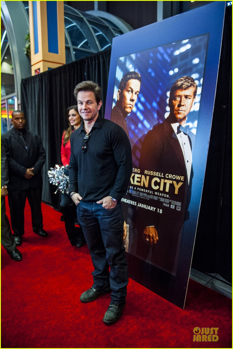 mark wahlberg broken city fan event in atlanta 03