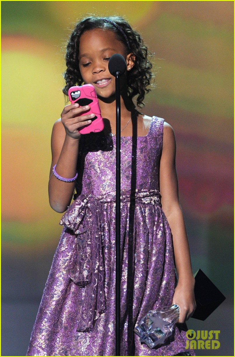 quvenzhane wallis accepts critics choice award with iphone speech 05