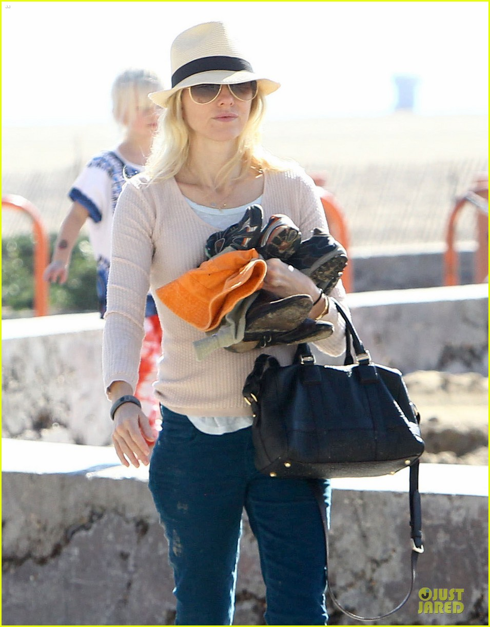 naomi watts beach day with the boys 042799023