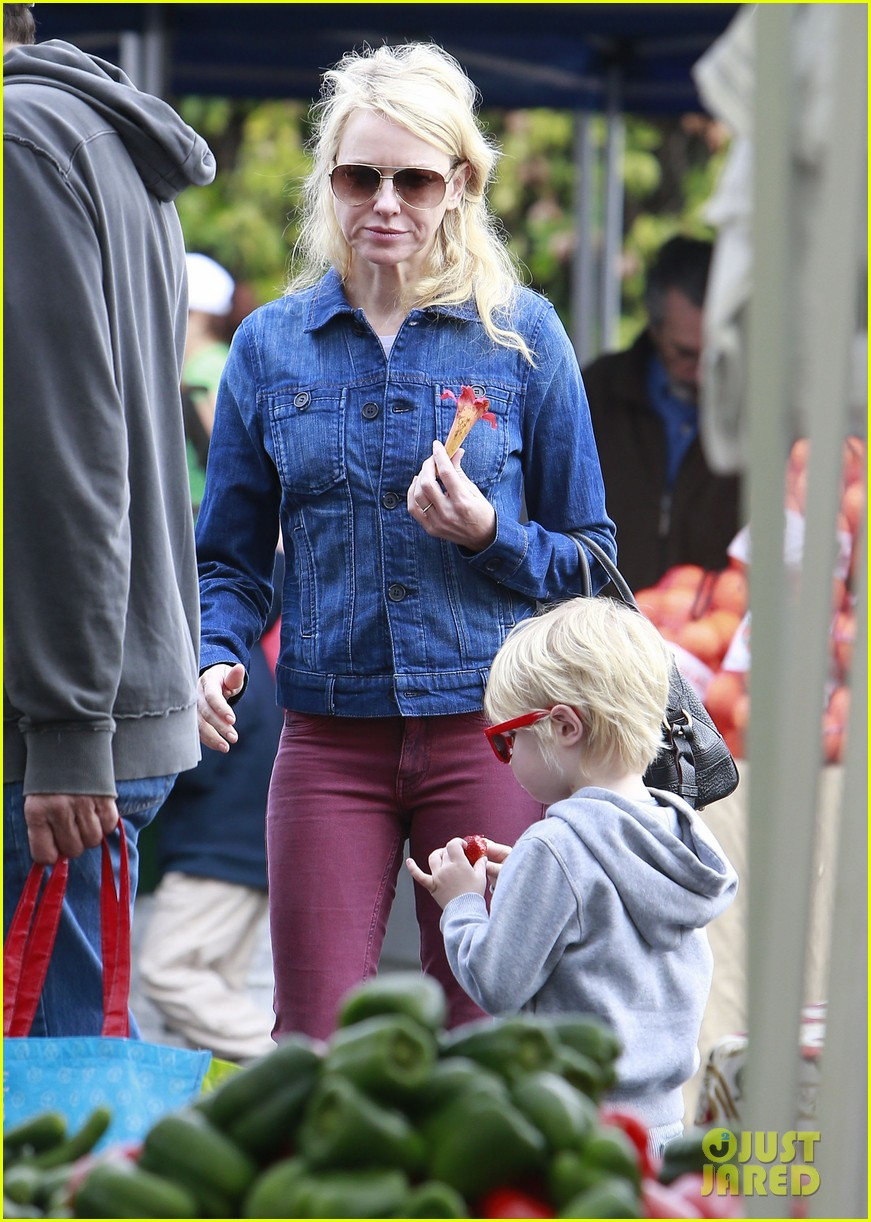 naomi watts liev schreiber farmers market with the kids 02