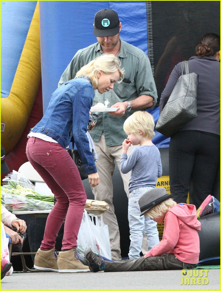 naomi watts liev schreiber farmers market with the kids 072800062