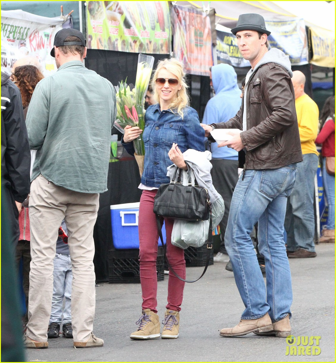 naomi watts liev schreiber farmers market with the kids 092800064