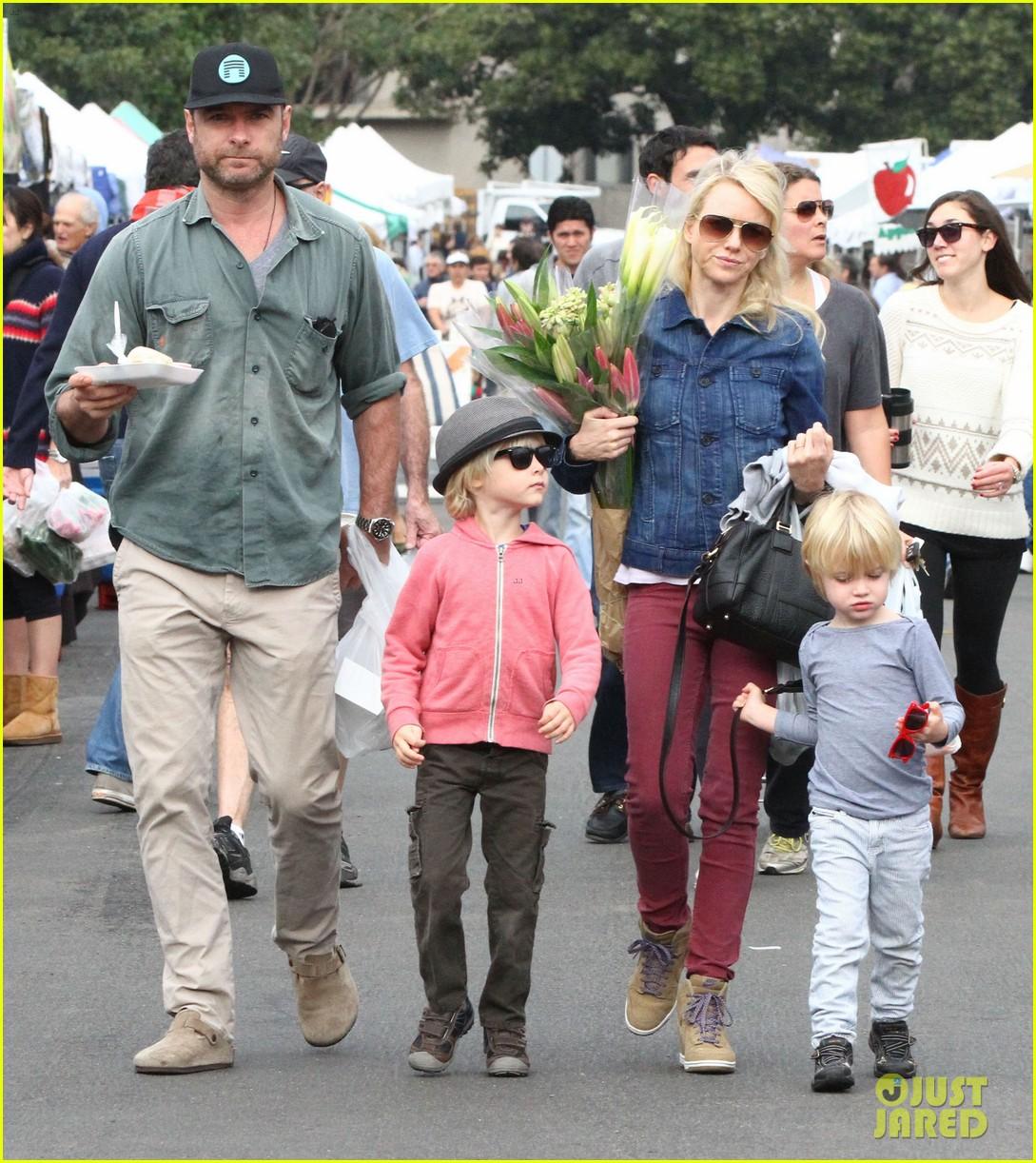 naomi watts liev schreiber farmers market with the kids 102800065