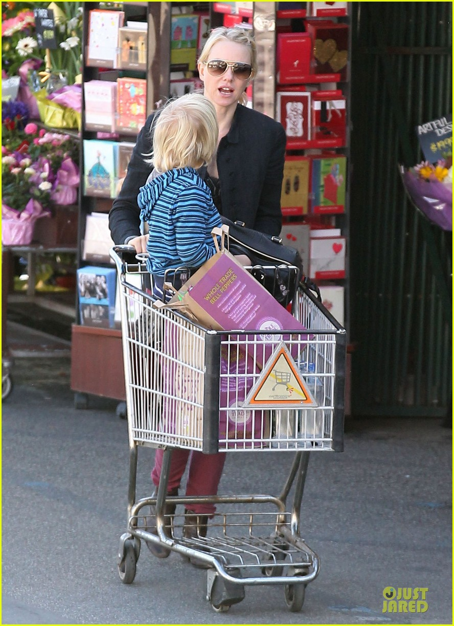 naomi watts grocery shopping with sasha 012800547