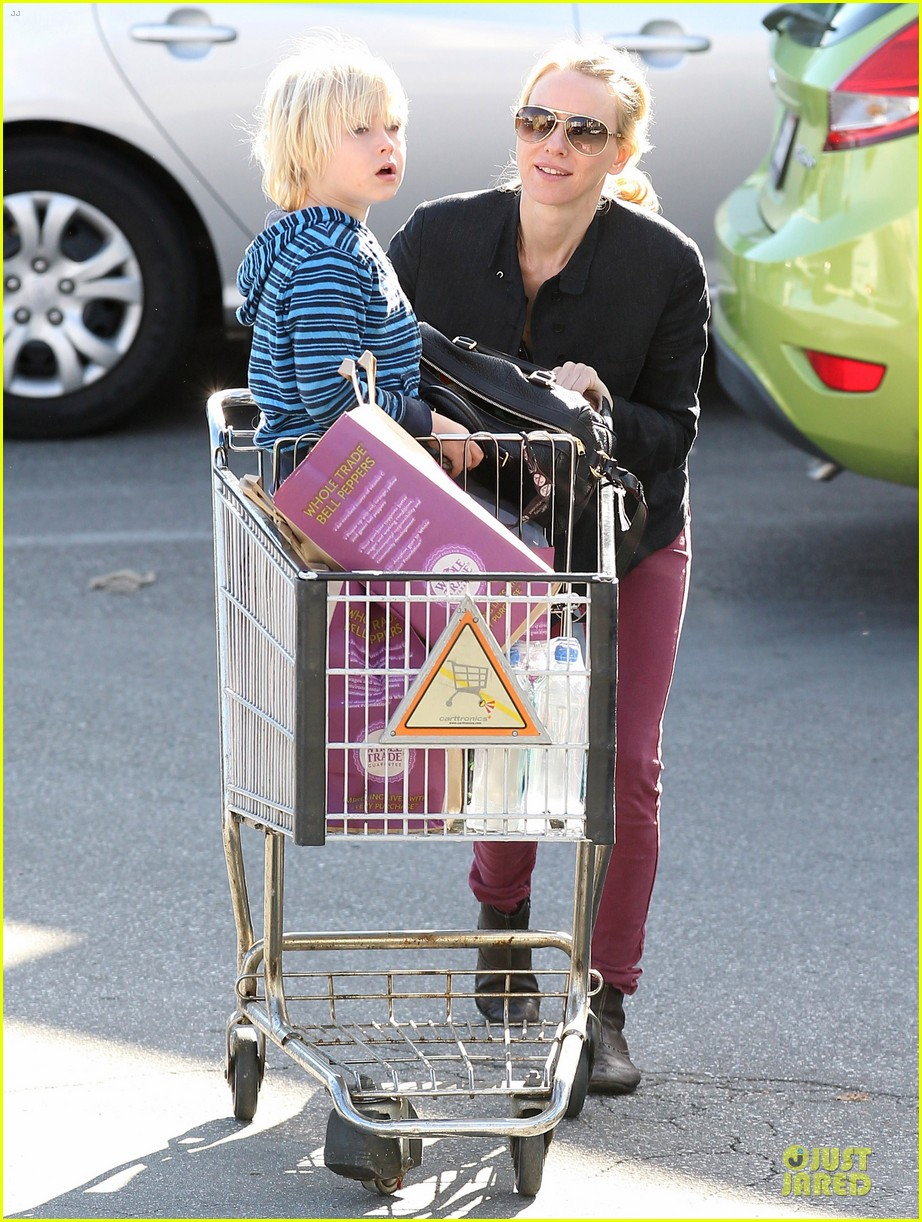 naomi watts grocery shopping with sasha 10