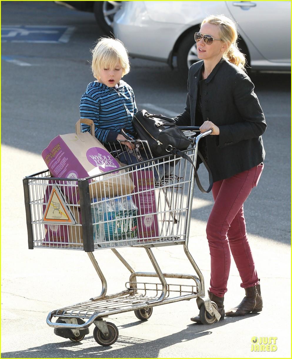 naomi watts grocery shopping with sasha 122800558