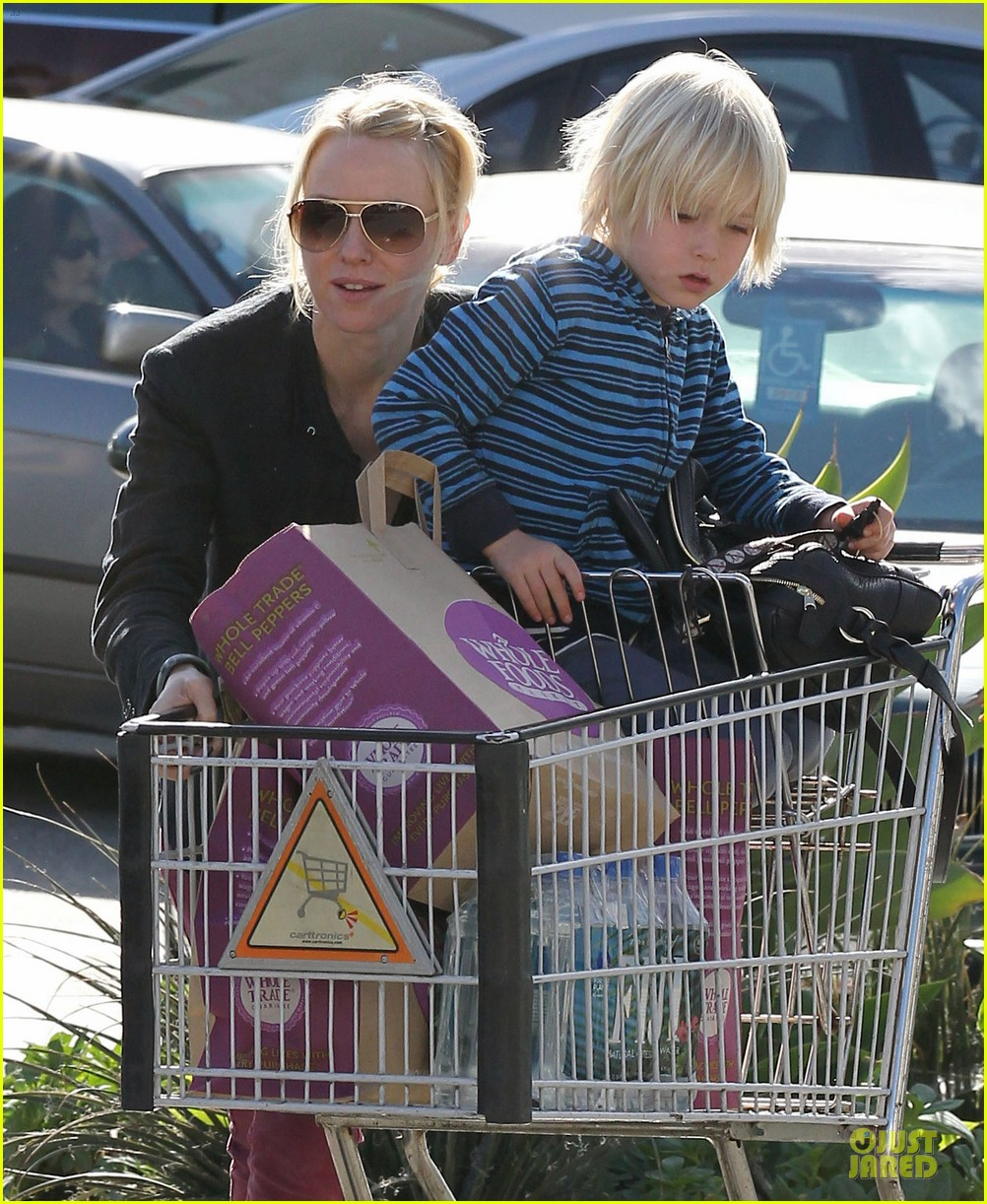naomi watts grocery shopping with sasha 142800560