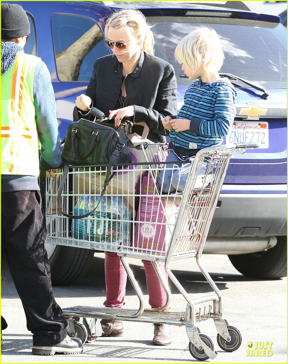 naomi watts grocery shopping with sasha 16