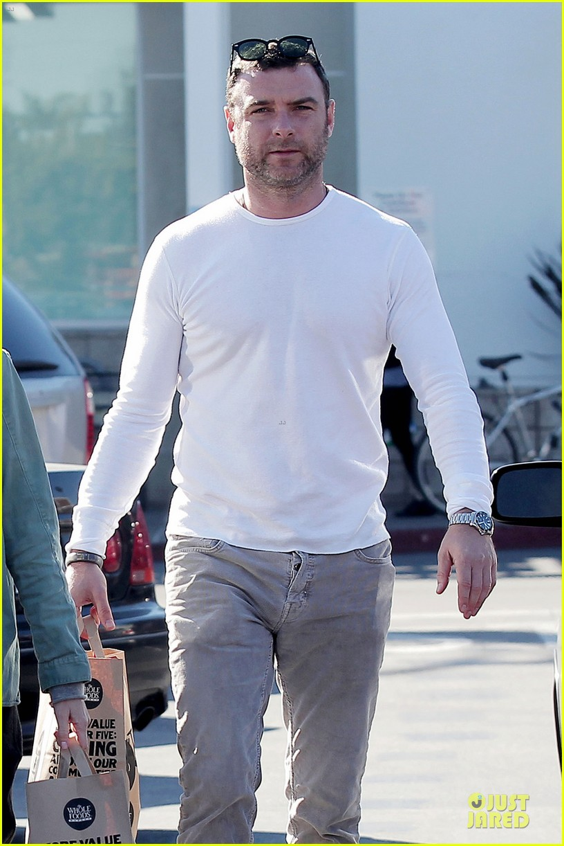 naomi watts liev schreiber post golden globes grocery run 04