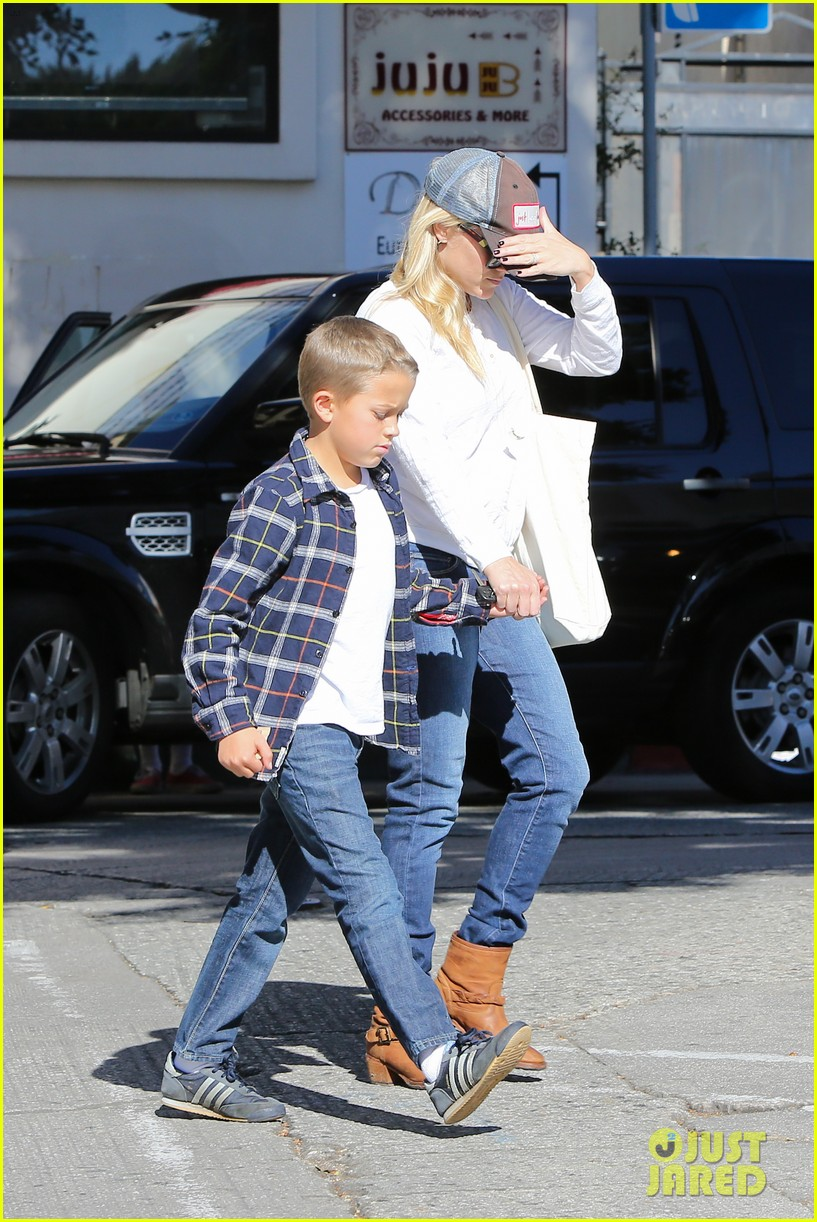 reese witherspoon sunday errands with deacon 012795852