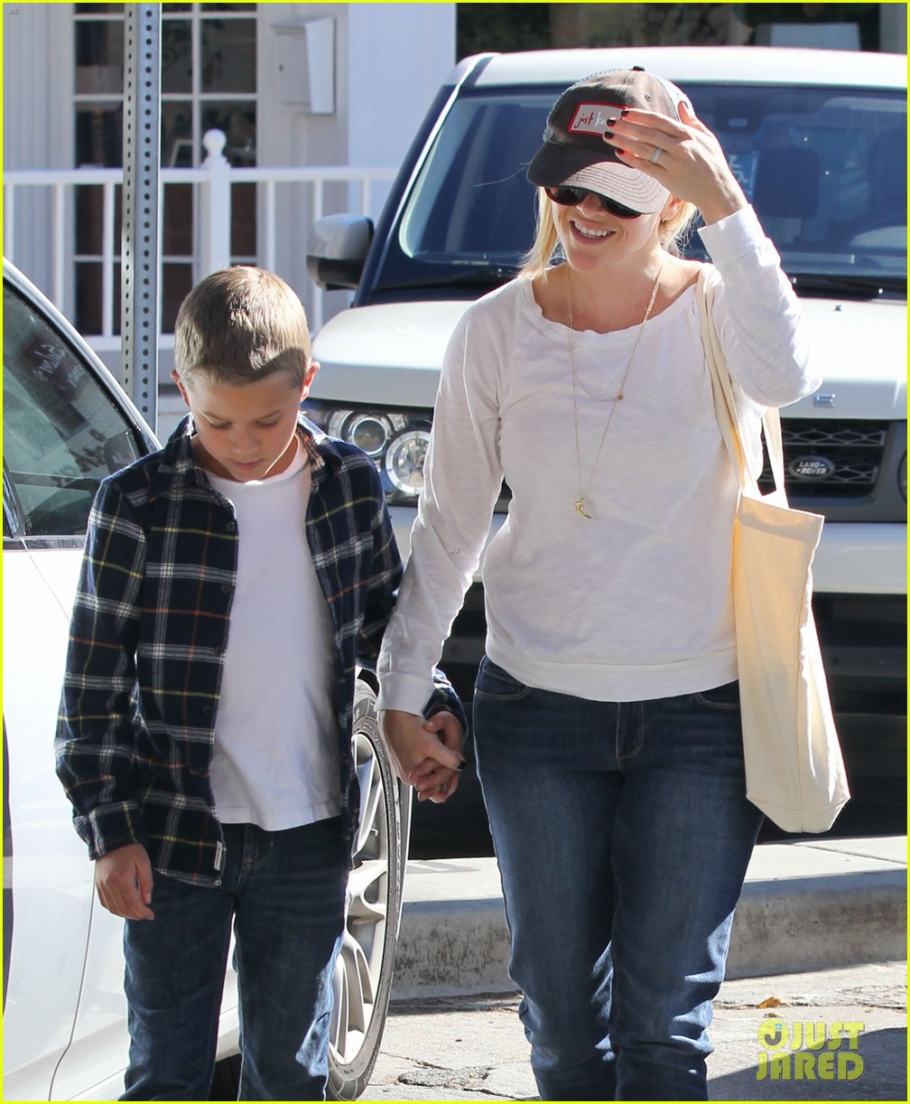 reese witherspoon sunday errands with deacon 042795855