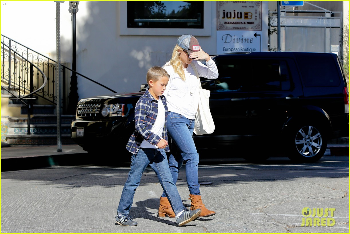 reese witherspoon sunday errands with deacon 062795857