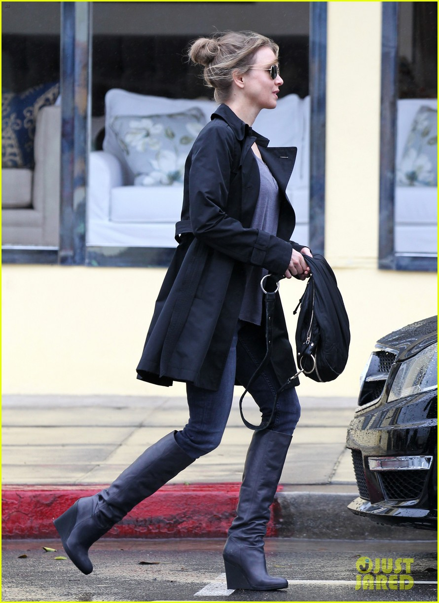 renee zellweger busy in brentwood 11