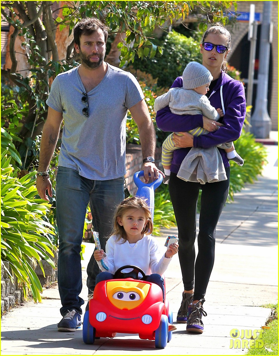 alessandra ambrosio park day with the family 112815158