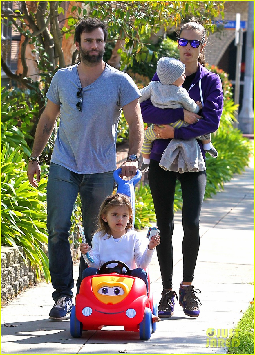 alessandra ambrosio park day with the family 122815159