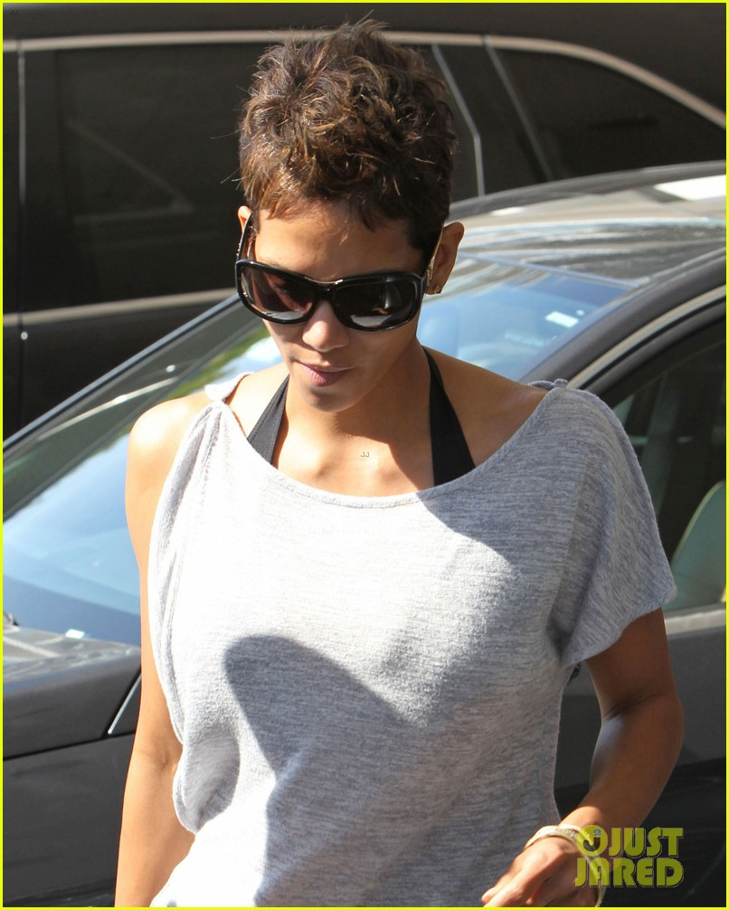 halle berry olivier martinez super bowl sunday outing 012804427