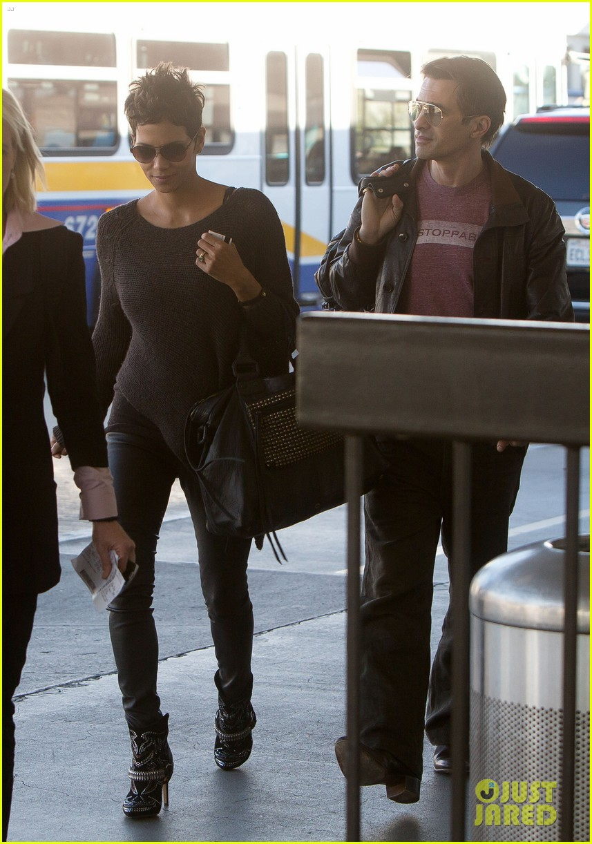 halle berry olivier martinez take flight in los angeles 032813670