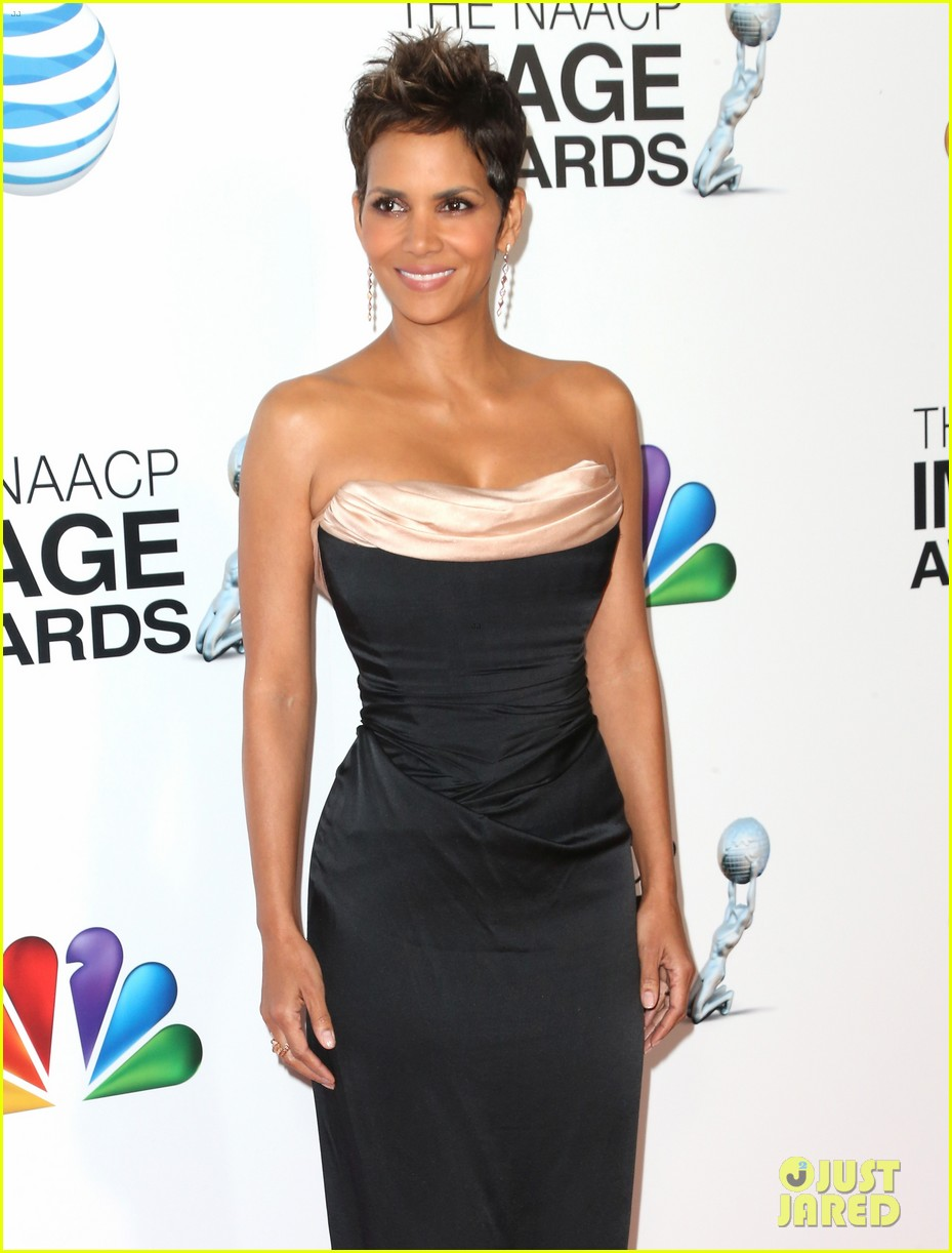 halle berry naacp image awards 2013 red carpet 042802709