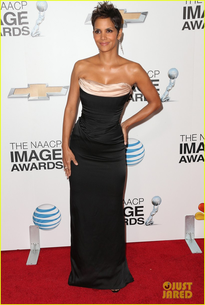 halle berry naacp image awards 2013 red carpet 102802715