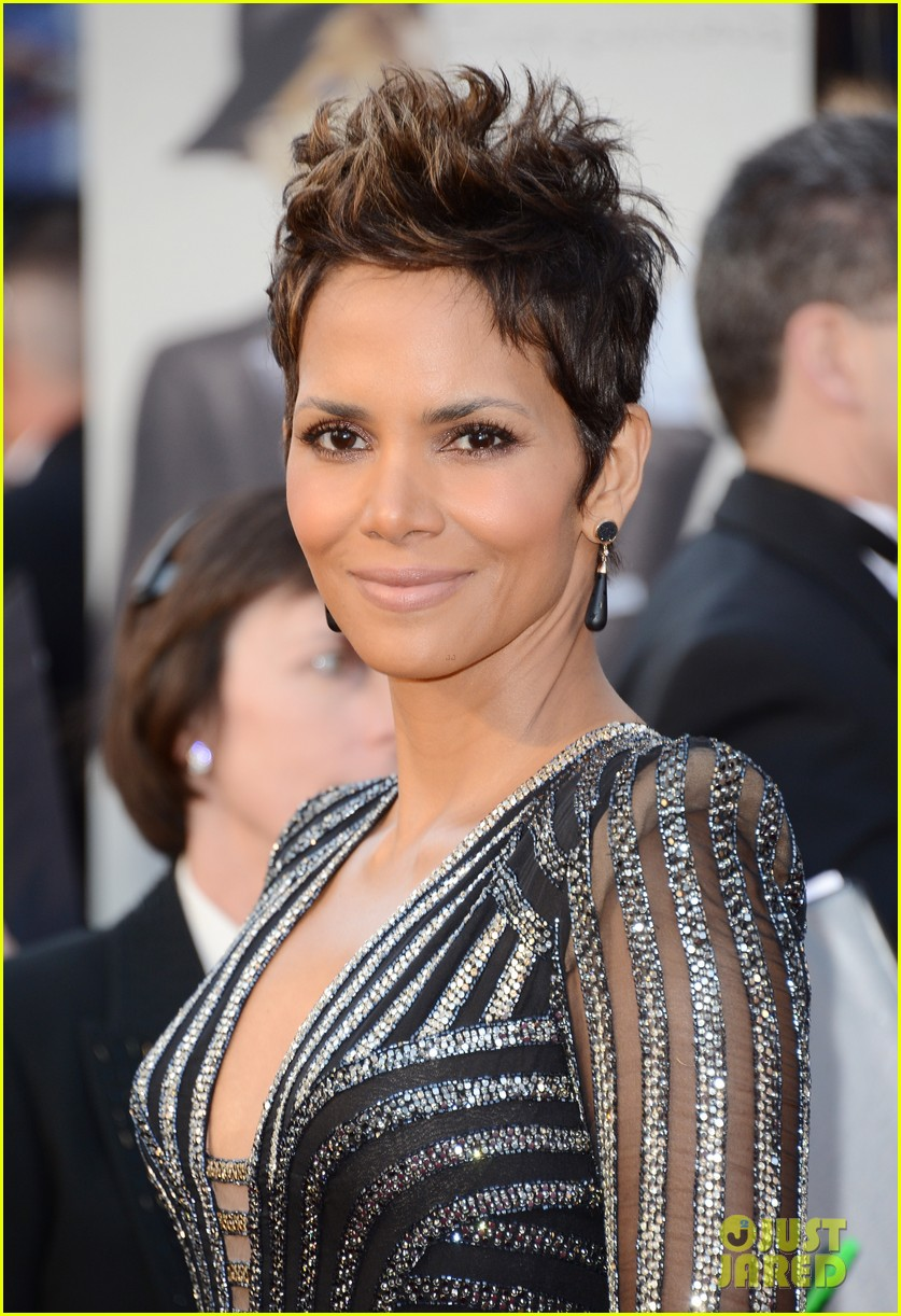 halle berry oscars 2013 red carpet 022819169
