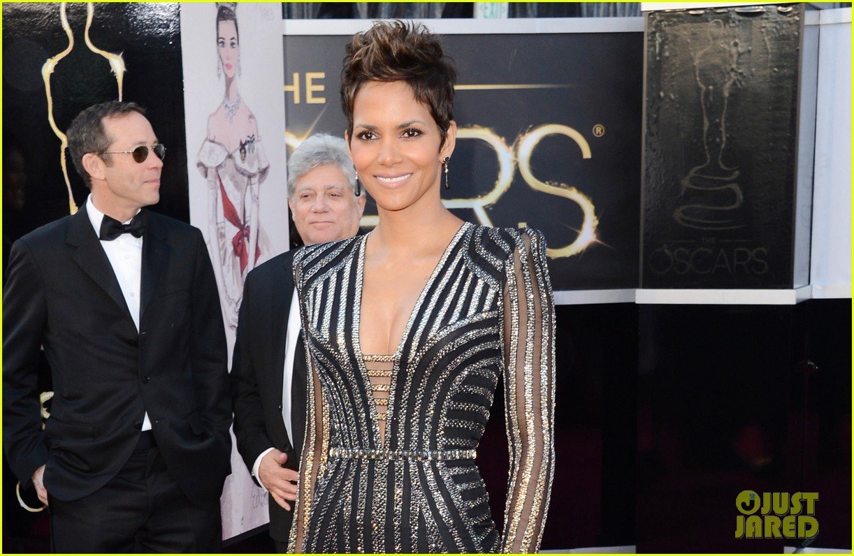 halle berry oscars 2013 red carpet 03