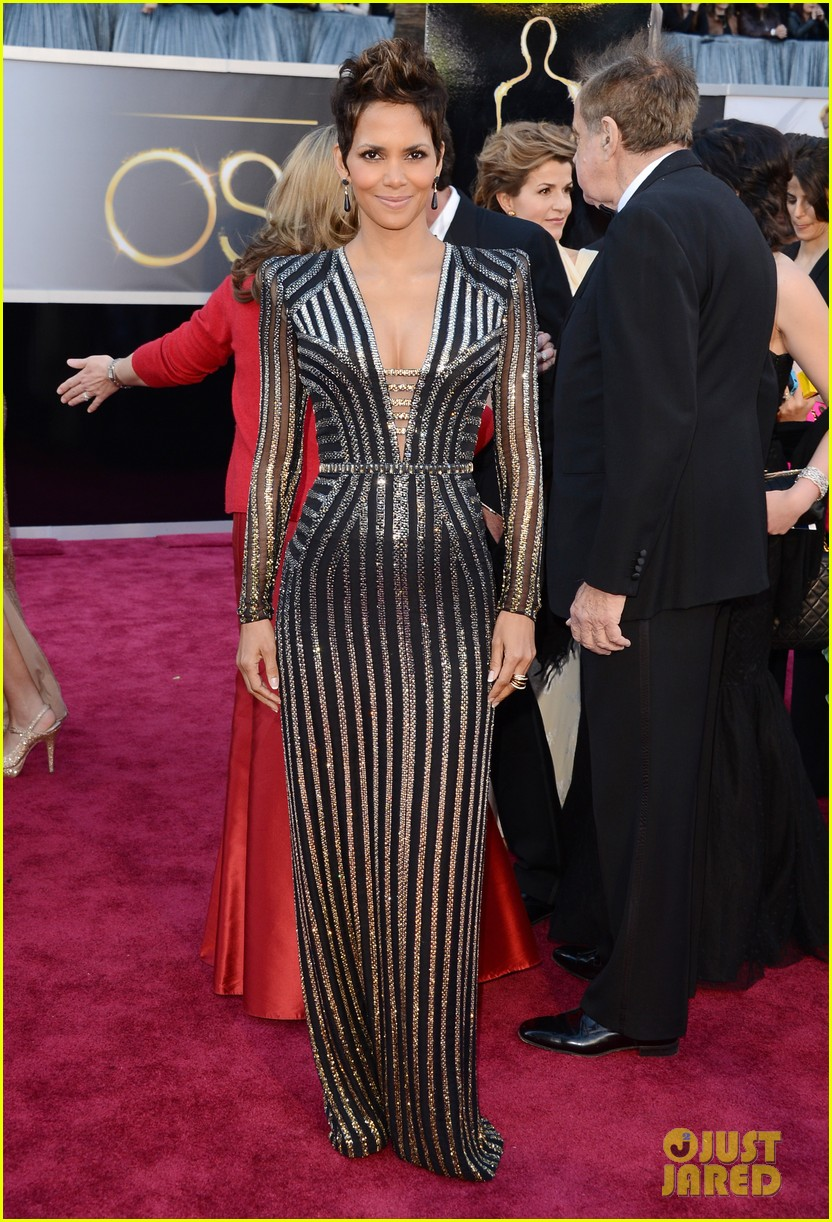 halle berry oscars 2013 red carpet 052819172