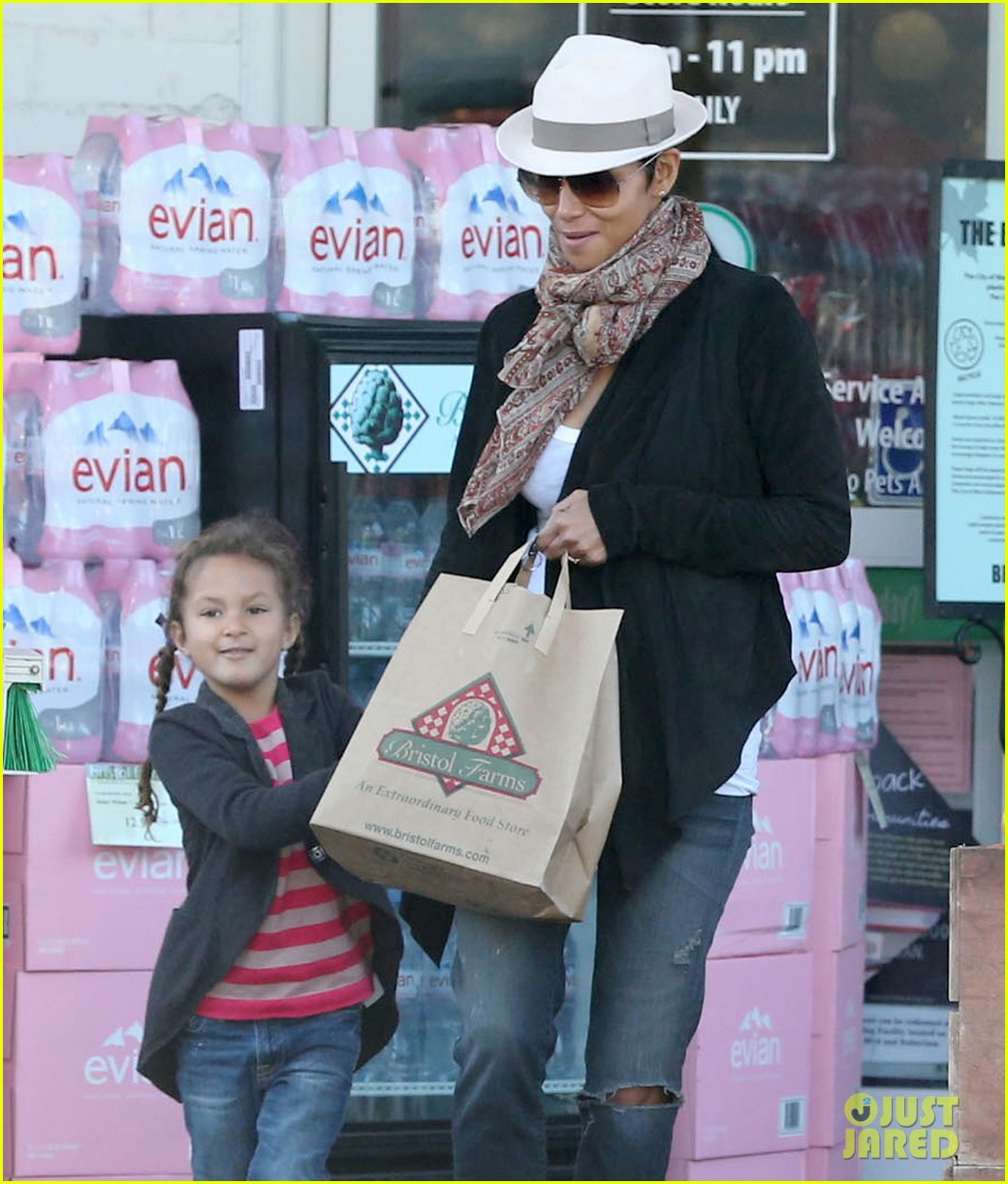 halle berry bristol farms stop with nahla 022811300