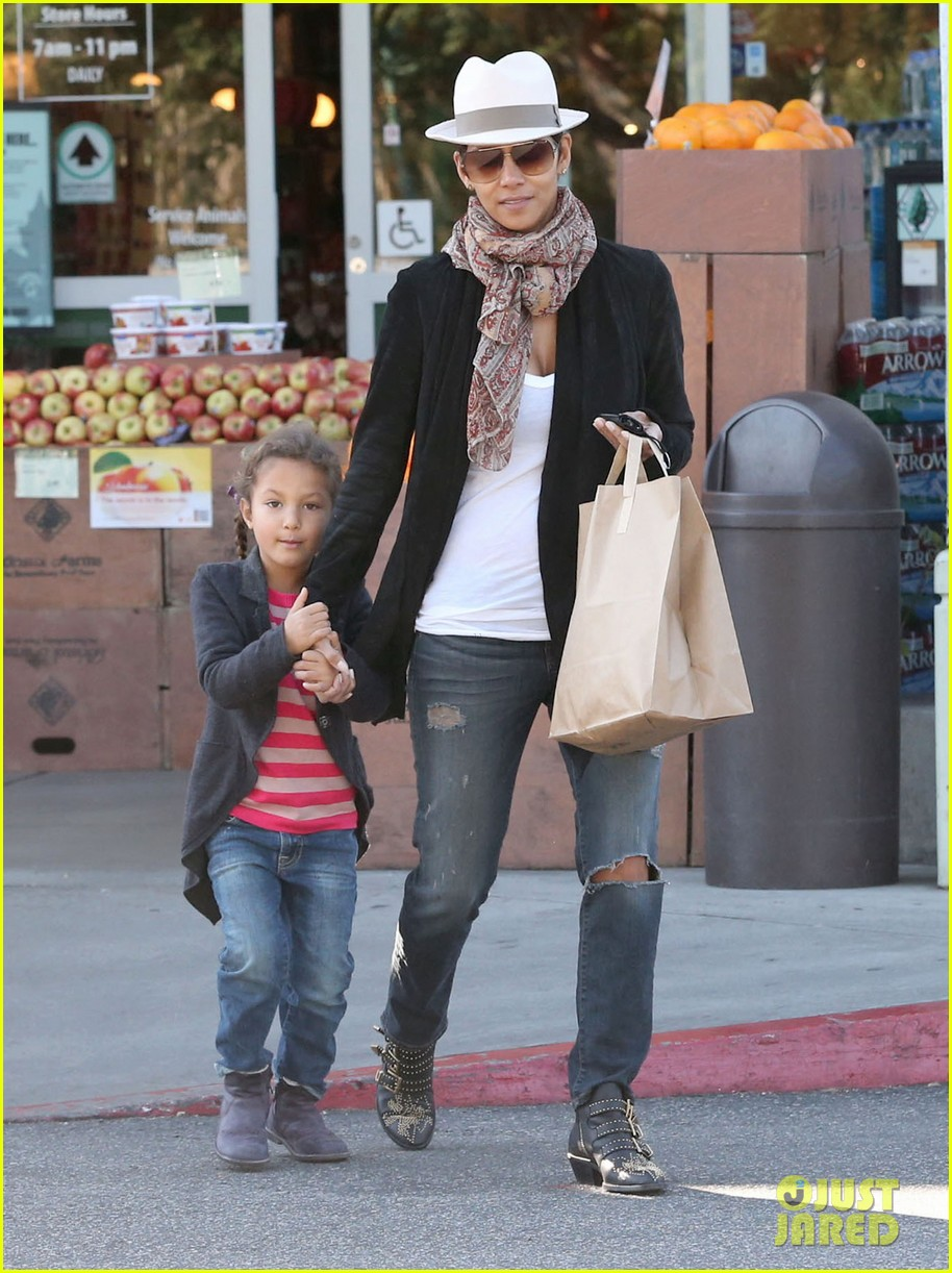 halle berry bristol farms stop with nahla 052811303