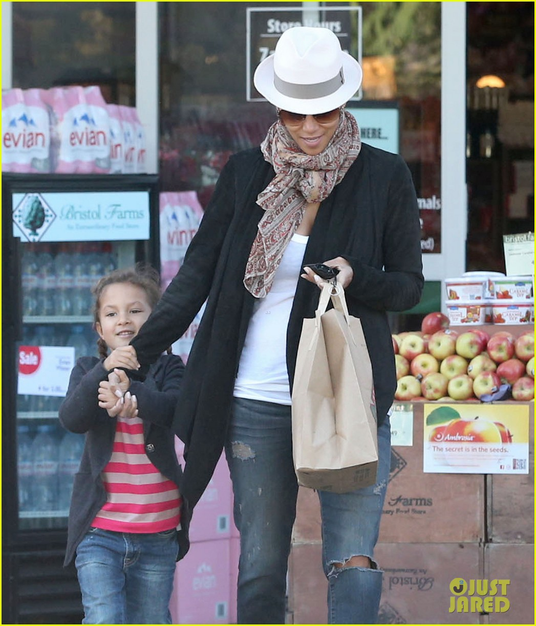 halle berry bristol farms stop with nahla 102811308