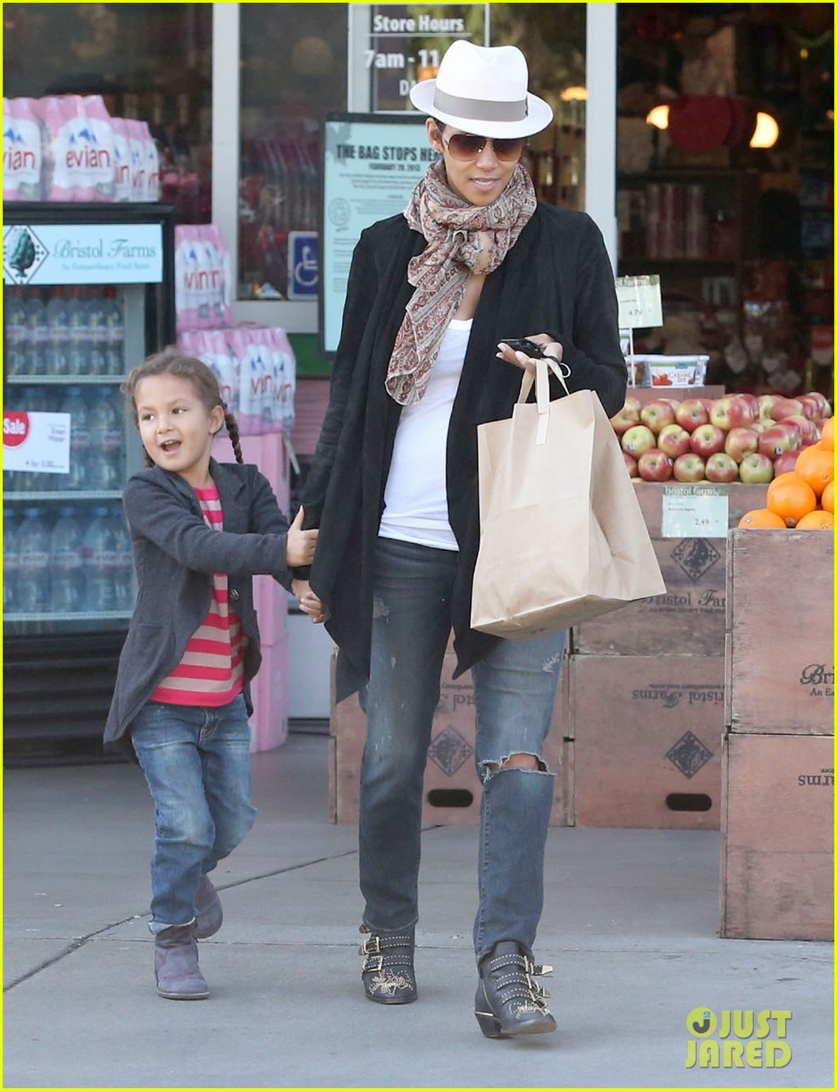 halle berry bristol farms stop with nahla 112811309