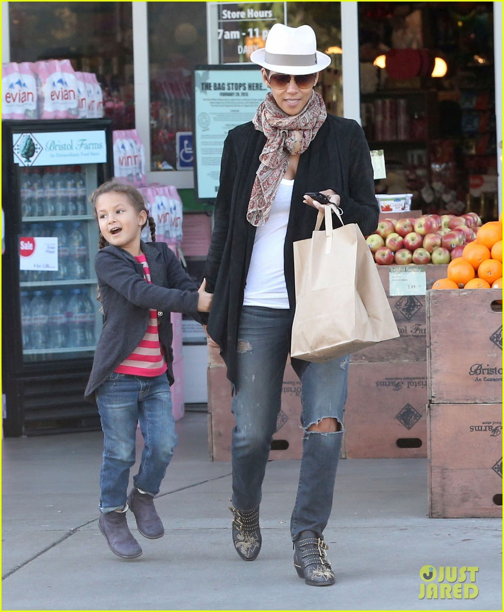 halle berry bristol farms stop with nahla 122811310