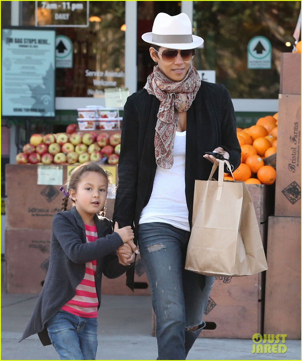 halle berry bristol farms stop with nahla 142811312