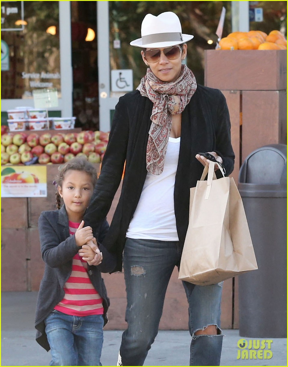 halle berry bristol farms stop with nahla 162811314