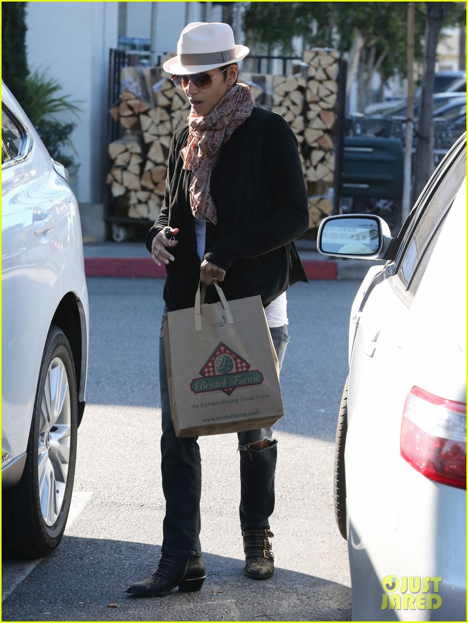 halle berry bristol farms stop with nahla 192811317