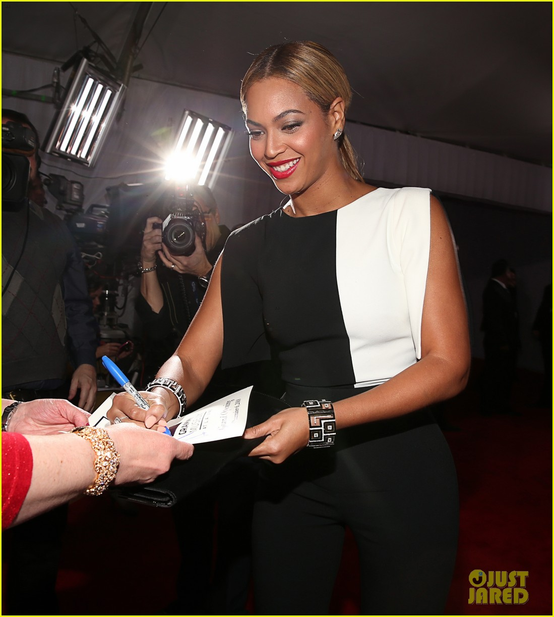 beyonce grammys 2013 red carpet 08