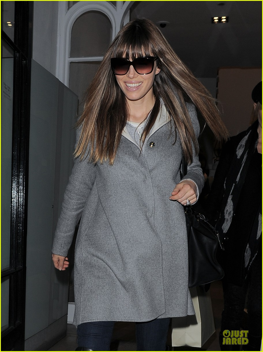 jessica biel misses pet pooch during london fashion week 06