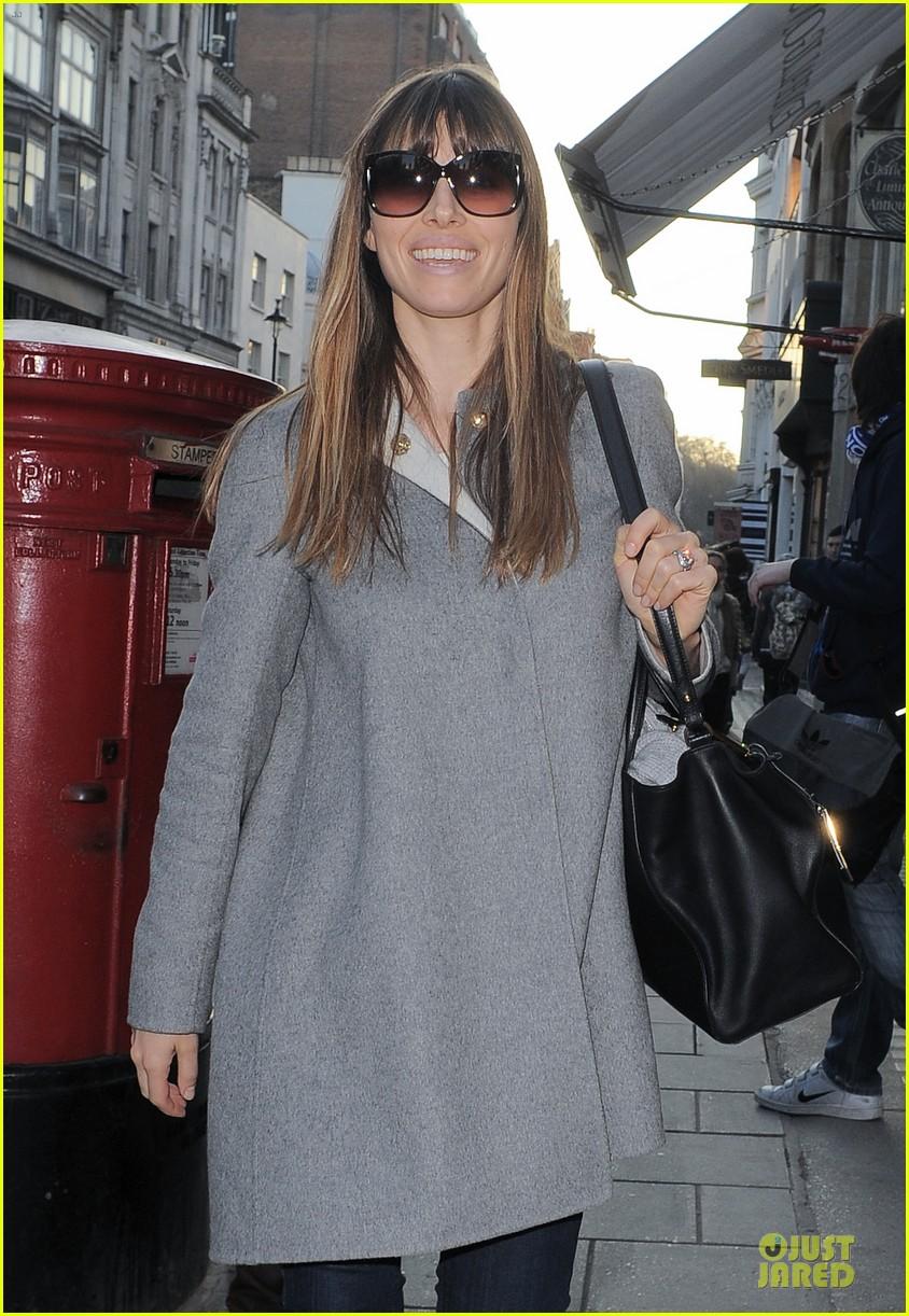 jessica biel misses pet pooch during london fashion week 092815278