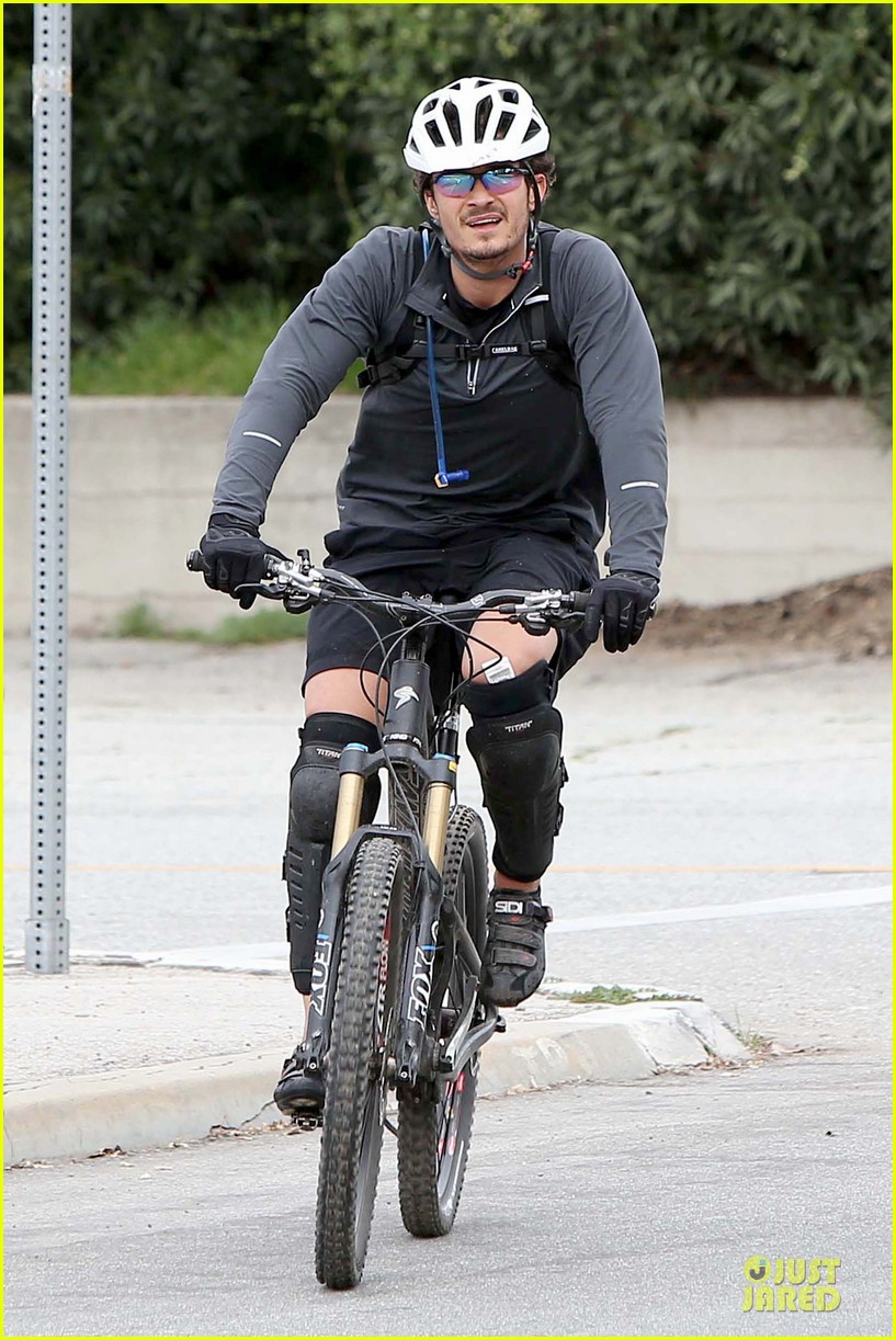 orlando bloom safety helmet on atladena bike ride 032803361