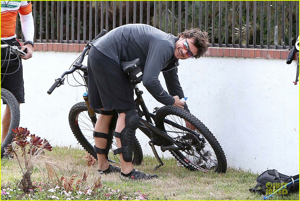 orlando bloom safety helmet on atladena bike ride 042803362