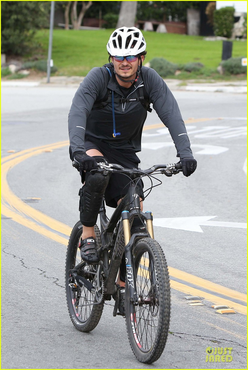 orlando bloom safety helmet on atladena bike ride 072803365