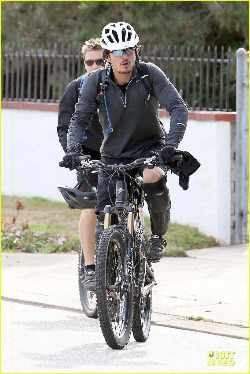 orlando bloom safety helmet on atladena bike ride 172803375