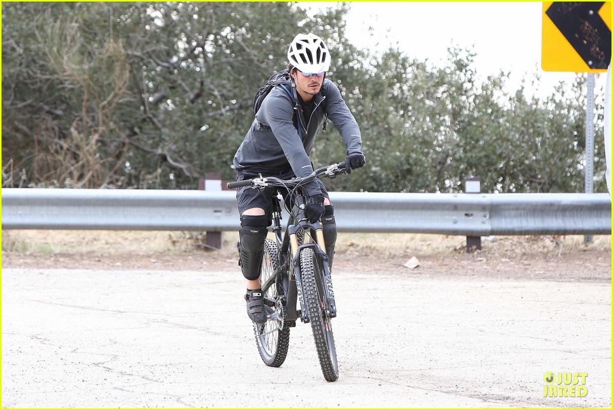 orlando bloom safety helmet on atladena bike ride 192803377