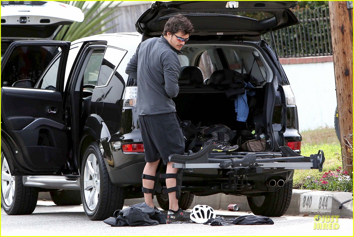 orlando bloom safety helmet on atladena bike ride 262803384