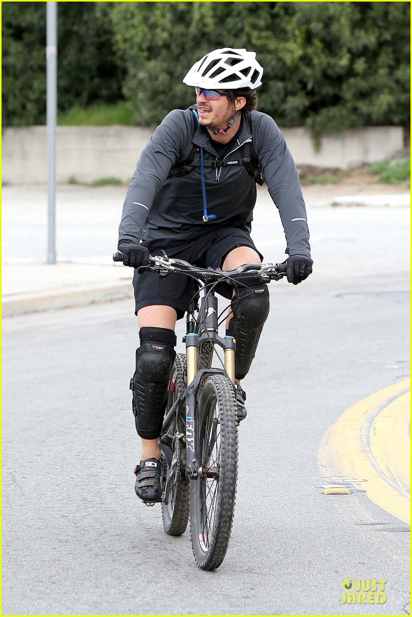 orlando bloom safety helmet on atladena bike ride 302803388