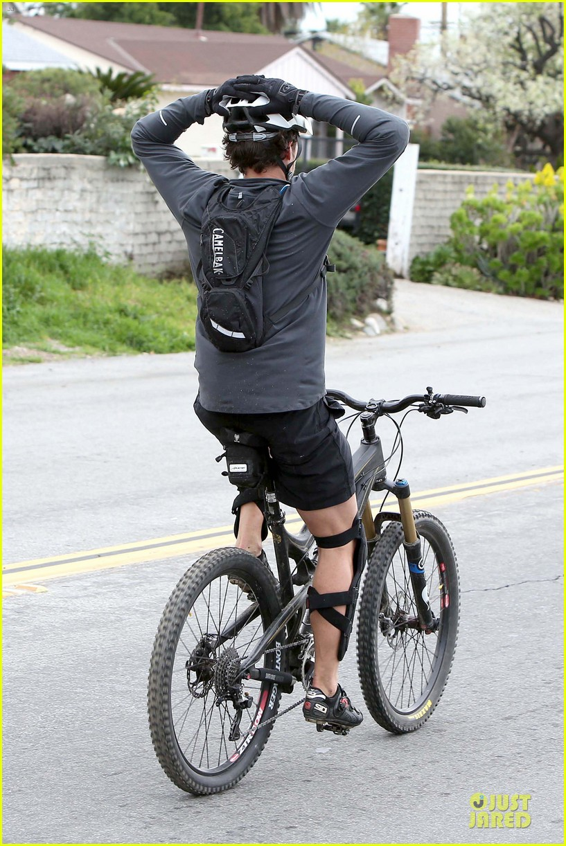 orlando bloom safety helmet on atladena bike ride 31