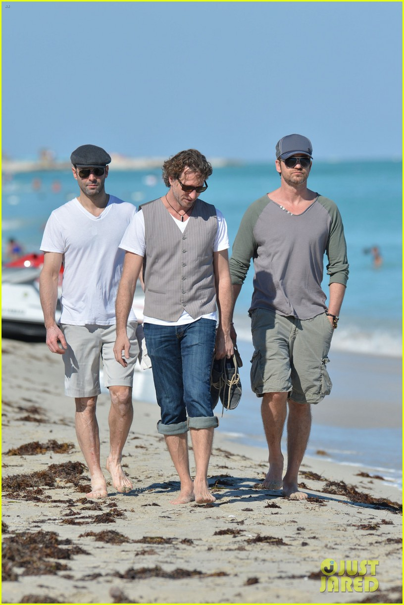gerard butler miami beach stroll with friends 032804617