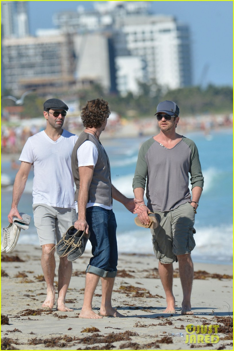gerard butler miami beach stroll with friends 05