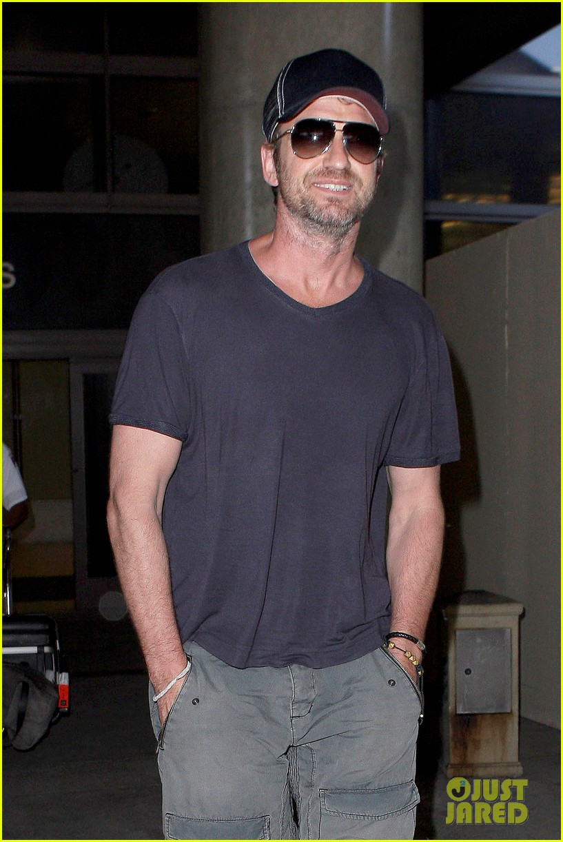 gerard butler solo lax arrival on valentines day 04