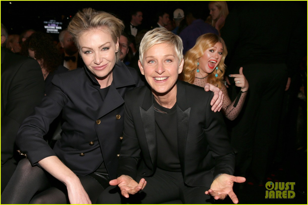 kelly clarkson photobombs ellen degeneres at grammys
